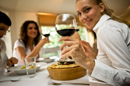 restaurant-trinkspruch-mit-wein