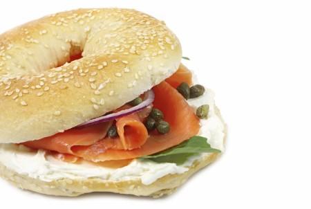 Bäckereien setzten auf Snacks – allerdings dominieren belegte Brötchen und Pizza das Angebot; ausgefallene Speiseideen sind noch nicht in ganz Deutschland etabliert