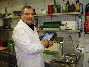 """""""Hotelchecker"""" Ulrich Jander bei der Hygiene-Messung"""