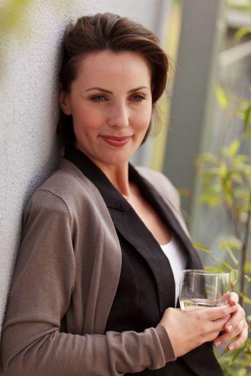 Mineralwasser - Frau mit Wasserglas - trinkt